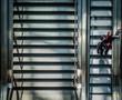 Mann auf Rolltreppe - 70406924