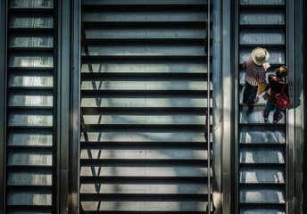 Paar auf Rolltreppe