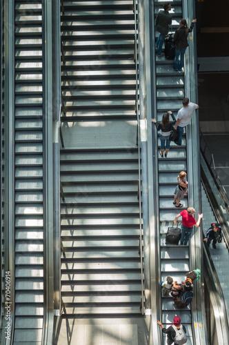 Aluminium Treinstation Menschen auf der Rolltreppe
