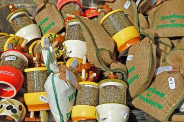 Spezie e erbe provenzali al mercato di Avignone