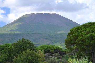 Potężny majestatyczny wulkan Wezuwiusz w południowych Włoszech
