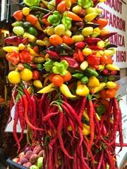 Bunte Peperoni auf dem Markt in Mallorca