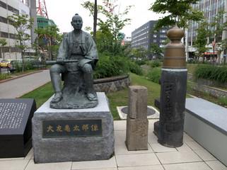 橋のたもとの銅像