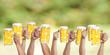 Hände hlten Bier nach oben