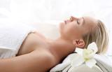 Atrakcyjna blondynka w gabinecie spa