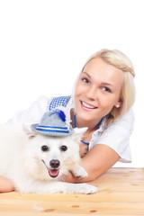 Hübsche Frau mit Hund in Tracht