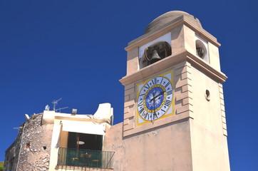 Piękna wieża zegarowa na wyspie Capri we Włoszech