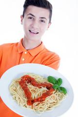 Jugendlicher liefert Spaghetti mit Herz Soße