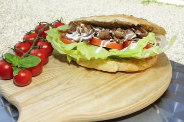 Panino kebab su tagliere con pomodorini