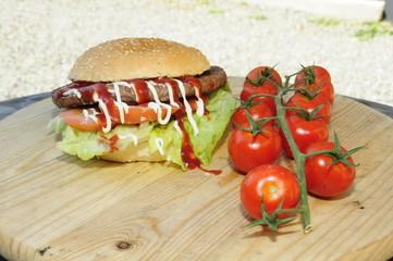 Hamburger con verdure e salse