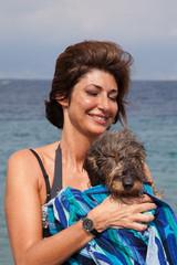 Donna e Cane bassotto sorridenti