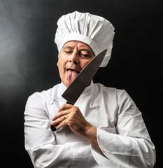 strano cuoco che lecca un coltello
