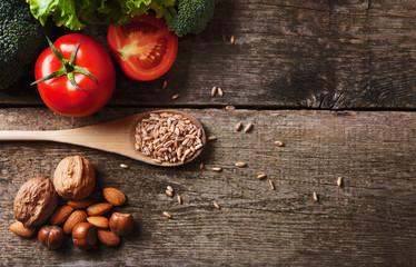 Composizione verdura farro frutta secca