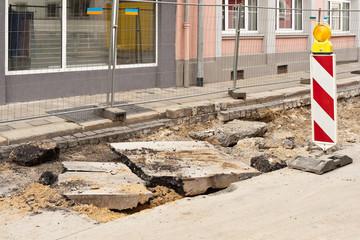 Strassenbauarbeiten - die Asphaltdecke wird aufgebrochen