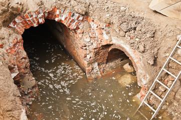 Sanierungsarbeiten an alten Abwasserkanälen