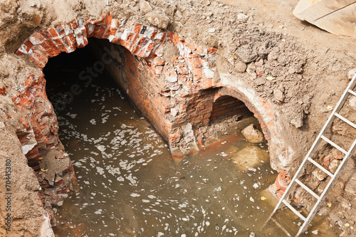 Leinwanddruck Bild Sanierungsarbeiten an alten Abwasserkanälen