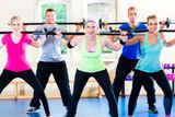 Fototapety Gruppe bei Hanteltraining in Fitnessstudio