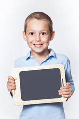 Niedlicher Junge hält leere Tafel Tablett