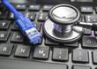 Laptop-Tastatur und Netzwerkkabel 07695