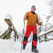 Senior beim Walken im Schnee