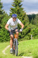 Mountainbiker auf Single-Trail