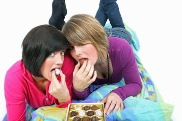 zusammen Pralinen essen