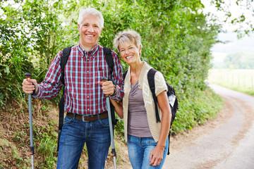 Paar Senioren beim Wandern im Sommer