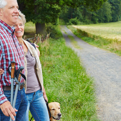 Senioren mit Hund beim Wandern