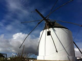 Windmühle San José vor Gewitterwolke