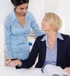 Erfolgreiche Zusammenarbeit: Chefin mit Auszubildender