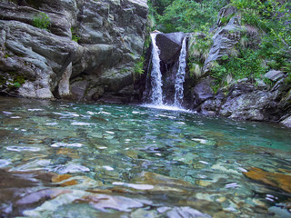 Gebirgsbach mit Wasserfall in den Alpen