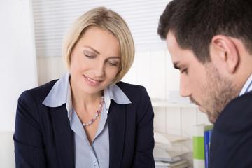 Geschäftsleute in einer Besprechung: Die Chefin
