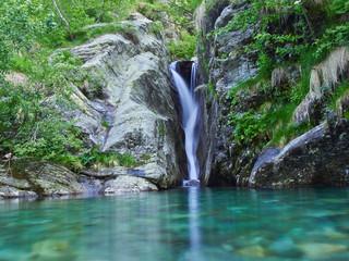 Wasserfall mit See in den Alpen