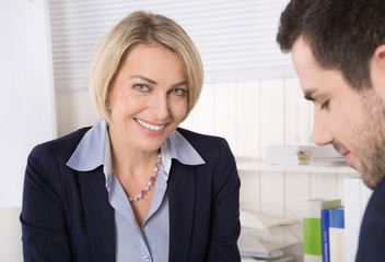 Attraktive ältere Geschäftsfrau in einem Beratungsgespräch
