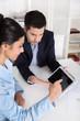 Arbeitskollegen in Besprechung oder Berater und Kunde im Büro