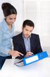 Erfolgreiche Zusammenarbeit: Chef mit Assistentin