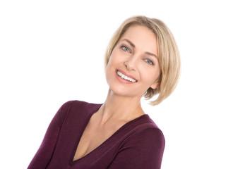 Glückliche ältere blonde Frau isoliert auf Weiß