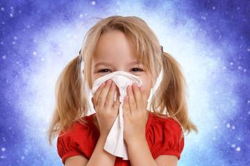 kleines Kind putzt sich die Nase - Schnupfen
