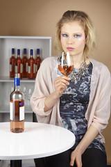Frau mit extrem Make-Up - Wein trinken