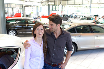 junges Paar im Autohaus // Sale of cars