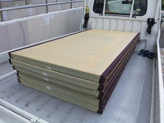 トラックに積んだ畳