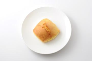 お皿にのせた スコーン ビスケット ティータイムのお菓子 白背景