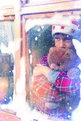 Junge wartet auf den Weihnachtsmann