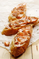 Sandwich with smoked salmon and black pepper