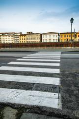 Veduta di Lungarno Mediceo, strisce pedonali, Pisa, Italia