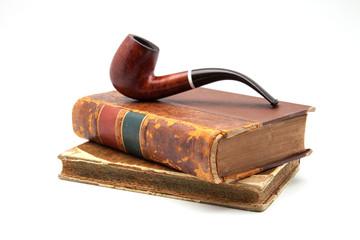 pipa de tabaco sobre libros