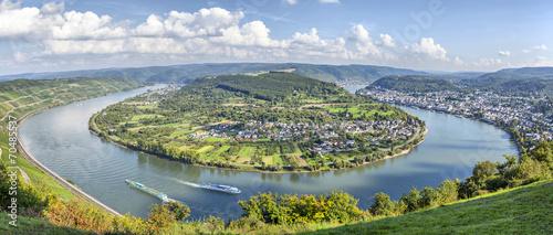 Fotobehang Rivier Picturesque bend of the river Rhine near Filsen