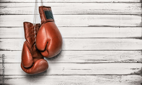 Deurstickers Vechtsport Boxing gloves hanging on wooden wall