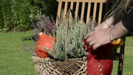 Blumenkorb herbstlich dekorieren