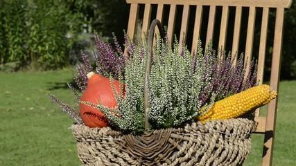 Herbstlicher Blumenkorb